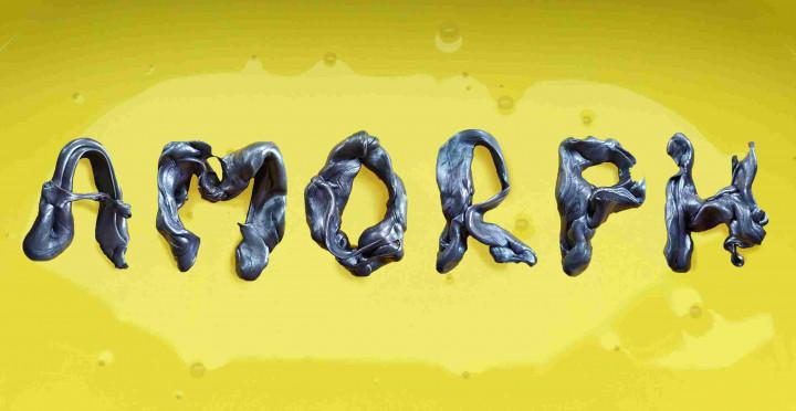 Auf gelben Grund steht der Schriftzug AMORPH in Grau