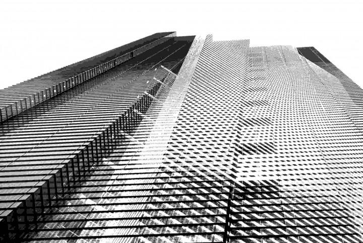 Blick nach oben an einem Hochhaus
