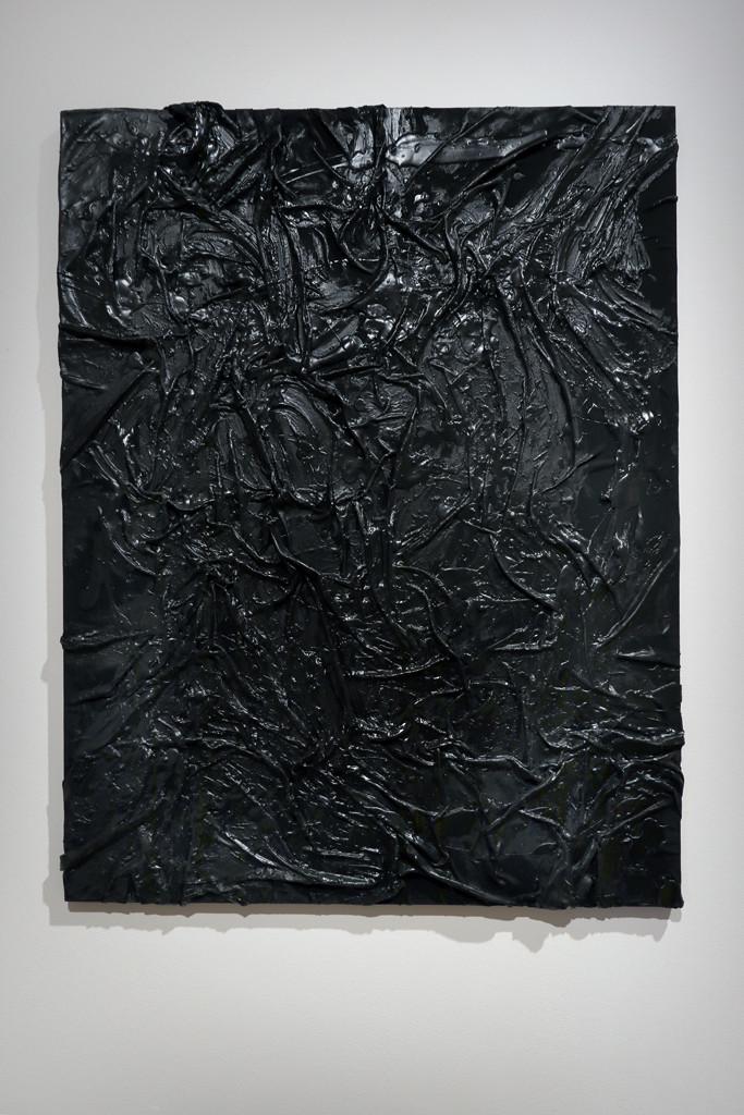 ein schwarzes Bild mit Falten