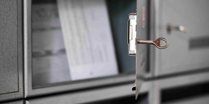 Ein offen stehender Brifkasten in dem ein Schlüssel steckt