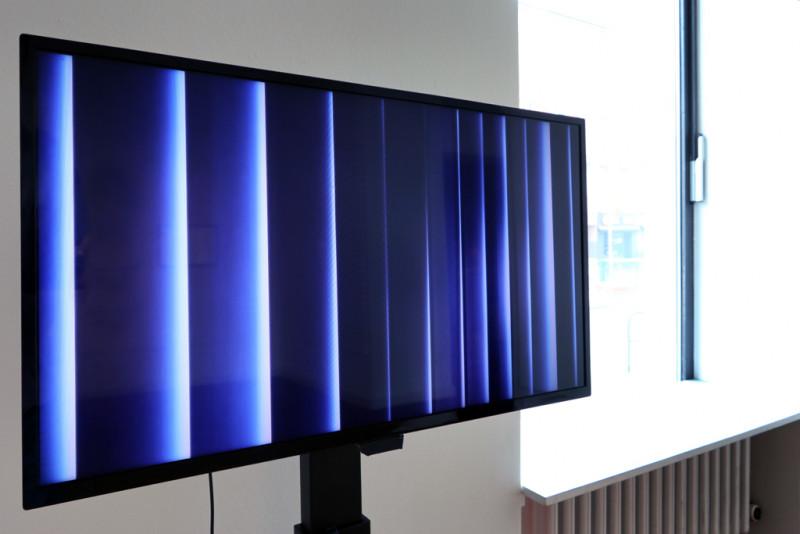 auf einem Bildschirm bewegen sich vertikale Jalousien hin und her