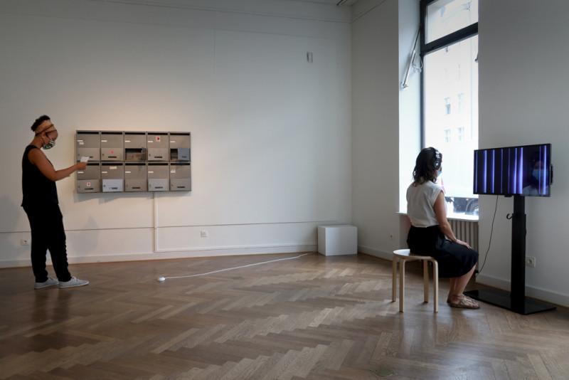 Zwei Besucherinnen in der Ausstellung, die sich ein Video ansehen