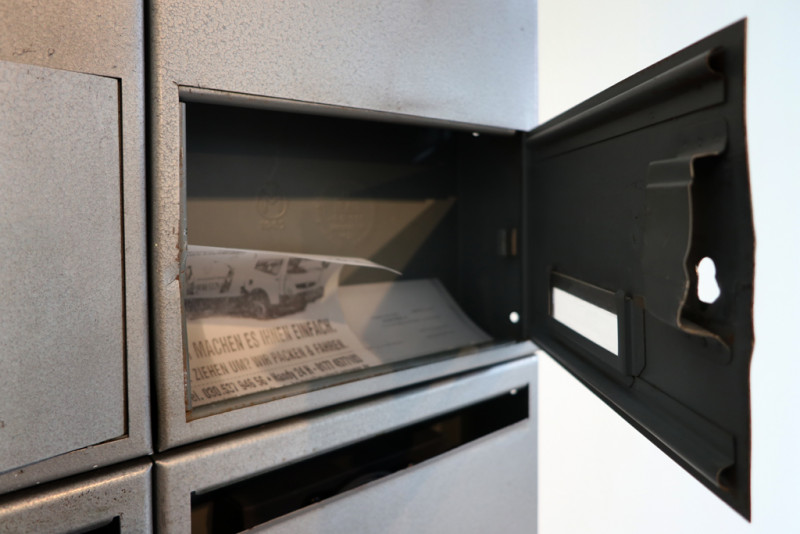die Tür des Briefkastens ist geöffnetet und darin liegt Post zum Herausnehmen