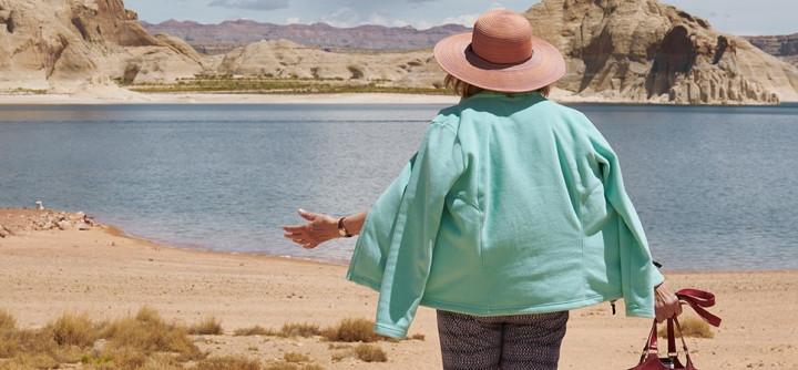 Eine Frau steht vor einem See in der Wüste
