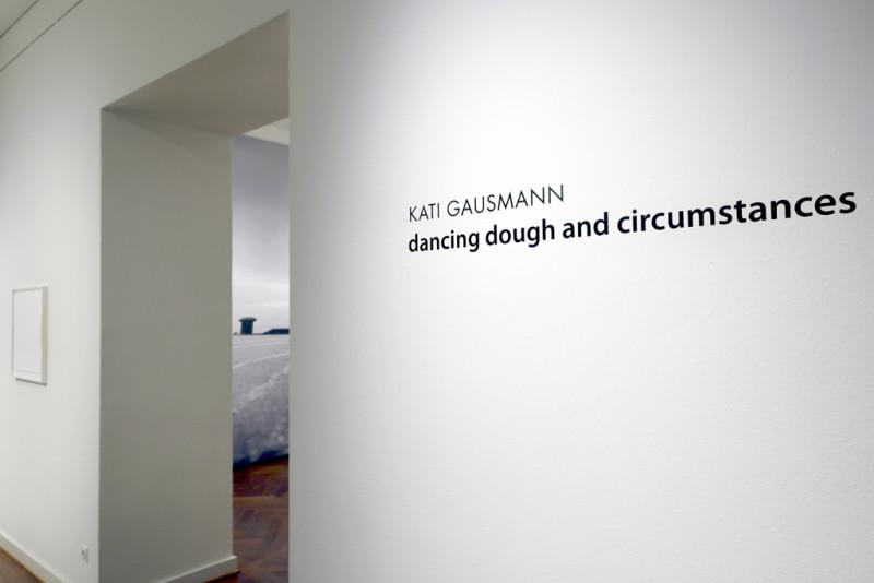 Ausstellungstitel an der Wand am Eingang