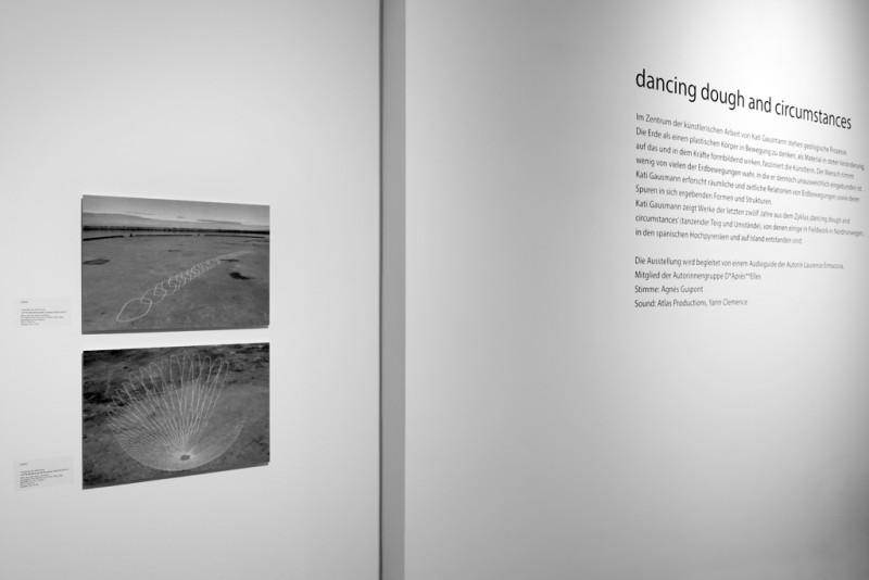 Editionen von Kati Gausman und Wandtext zur Ausstellung.