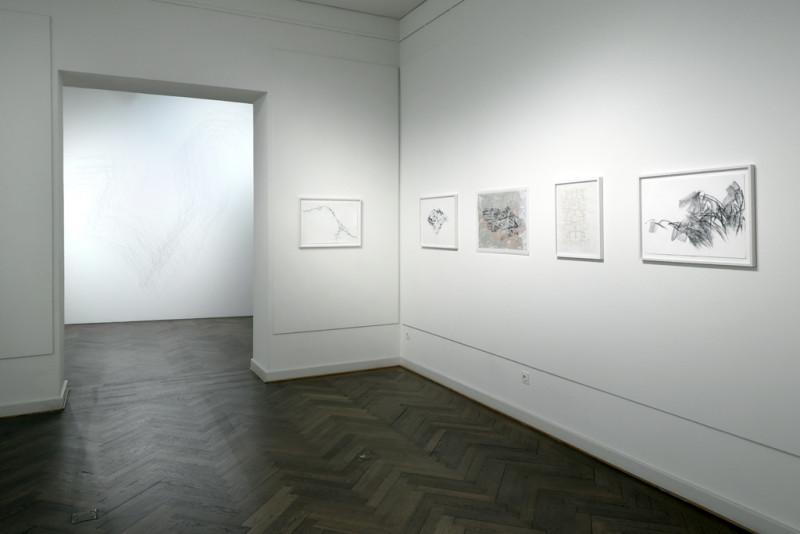 Ausstellungsansicht mit fünf kleinformatigen Arbeiten der Künstlerin (