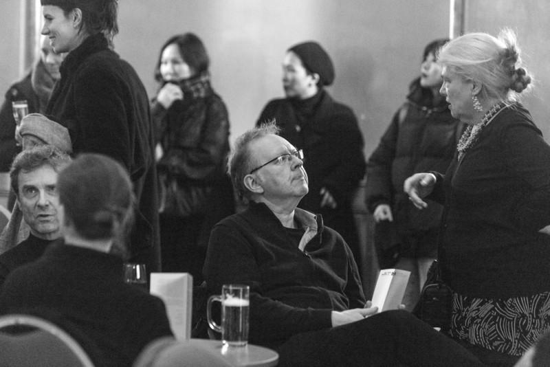 Ein Teil der Jurymitglieder sitzt im Saal vom Heimathafen Neukölln.