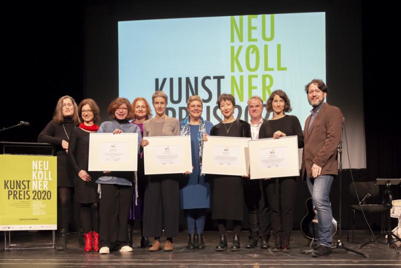 Die vier Preisträgerinnen mit Jury, Kulturstadträtin, Fachbereichsleiterin und Partner des Neuköllner Kunstpreises 2020 auf der Bühne.
