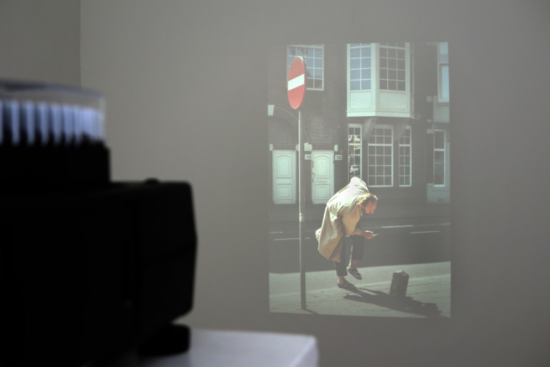Ein Diaprojektor projeziert ein Bild voneinem stopernden Mann an die Wand