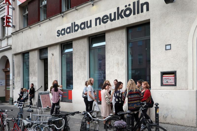 Besucher:innen vor der Galerie im Saalbau