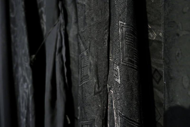 Detailansicht eines schwarzen Vorhangs