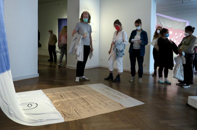 Besucher:innen bei der Ausstellungseröffnung