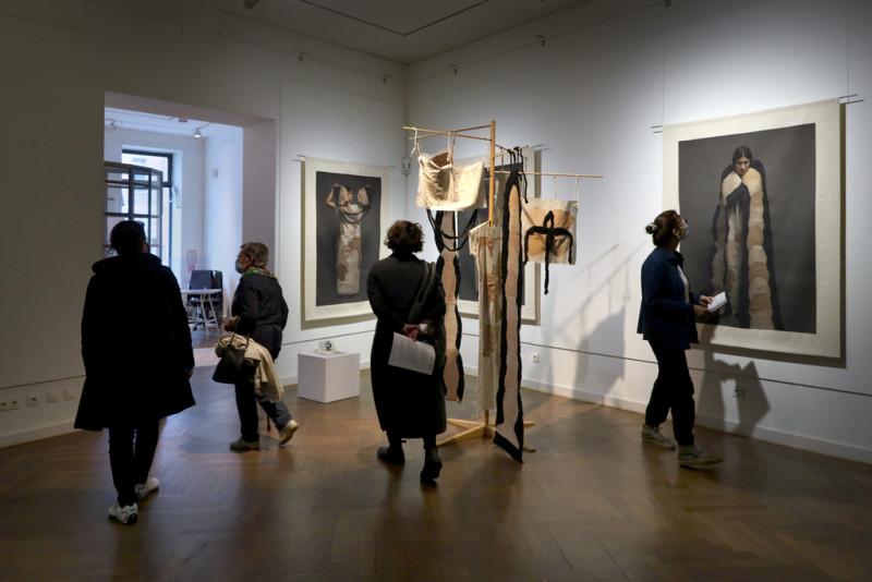 Ausstellungsbesucher:innen im Ausstellungsraum