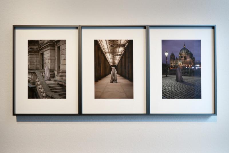 Drei Fotografien, die verhüllte Frauen in Berlin zeige, hägen an der Wand