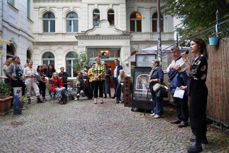 Rede bei der Ausstellungseröffnung im Innenhof der Galerie